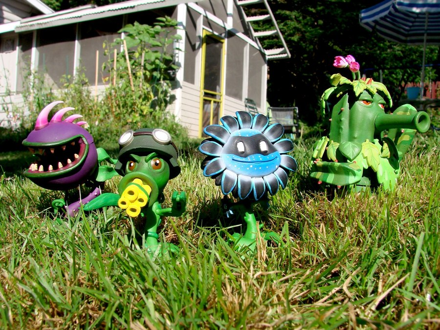 Action Figure Insider Diamond Select Toys And Popcap To Launch Plants Vs Zombies Garden